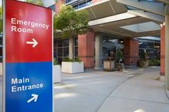 Huvudsaklig ingång av modern sjukhusbyggnad med tecken Arkivfoton