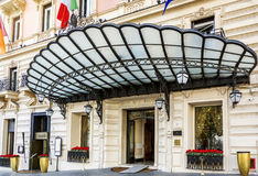 Huvudsaklig ingång av Regina Hotel Baglioni i Rome Arkivbild