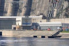"Huvudsaklig ingång av Sayano†""Shushenskaya den hydro kraftverket royaltyfri fotografi"