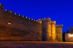 Huvudsaklig ingång av slotten av Rhodes i natt, slott för ` s för storslagen förlage Royaltyfri Foto