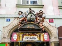 Huvudsaklig ingång för nationell dockateater i Prague, Tjeckien, detalj royaltyfri foto