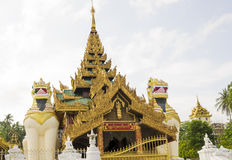 Huvudsaklig ingång för Shwedagon pagod i Rangoon, Myanmar Royaltyfria Bilder
