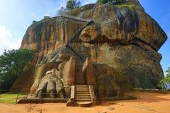 Huvudsaklig ingång i den Sigiriya slotten arkivbilder