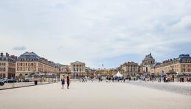 Huvudsaklig ingång med turisterna i den Versailles slotten Royaltyfri Bild