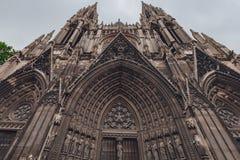 Huvudsaklig ingång och torn av Saint-ouen Abbey Church, med lättnadsskulpturer ovanför dörrarna, i Rouen, Frankrike arkivfoton