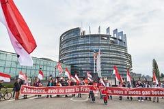 Huvudsaklig ingång på Europaparlamentet med folkmassan Arkivbilder
