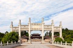 Huvudsaklig ingång till Dazu hällristningar på monteringen Baoding eller Baodingshan i det Dazu området, Chongqing arkivbilder