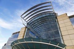 Huvudsaklig ingång till den Cribbs vägbanken i Bristol med en enorm exponeringsglas- och stålfasad och den mäktiga markisen Arkivbild