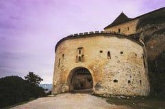 Huvudsaklig ingång till Rasnov den medeltida citadellen från transylvania Arkivfoton