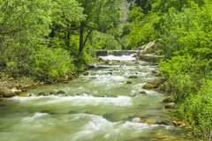Huvudsaklig källa av naturligt vatten från bergen royaltyfria foton