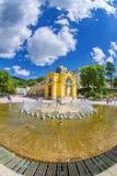 Huvudsaklig kolonnad och sjungande springbrunn i den lilla västra bohemiska brunnsortstaden Marianske Lazne Marienbad - Tjeckien arkivfoton