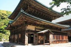 Huvudsaklig korridor av den Kencho jien i Kamakura, Japan arkivbilder