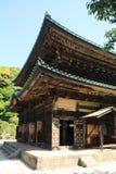 Huvudsaklig korridor av den Kencho jien i Kamakura, Japan arkivbild