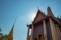 Huvudsaklig korridor av den kungliga templet i den storslagna slotten av Thailand på bakgrund för blå himmel royaltyfri bild