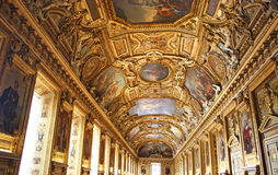 Huvudsaklig korridor av Palaisen de Louvre Arkivfoto