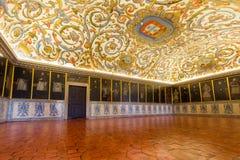 Huvudsaklig korridor av universitetet av Coimbra, Portugal arkivbilder