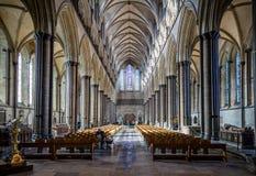 Huvudsaklig korridor för Salisbury domkyrka som tas i Salisbury, Wiltshire arkivbilder