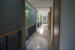 huvudsaklig korridor i hotell och semesterort Royaltyfria Bilder