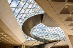 Huvudsaklig korridor under den glass pyramiden på Louvremuseet i Paris arkivfoton