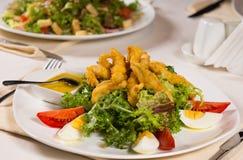Huvudsaklig kurs med kött, grönsaken, ägget och sås fotografering för bildbyråer