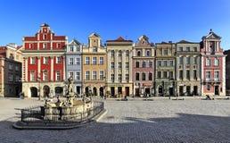 Huvudsaklig marknadsfyrkant för gammal stad med historiska hyreshusar i Poznan, Polen Royaltyfri Foto