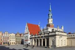 Huvudsaklig marknadsfyrkant för gammal stad med större Polen upprormuseum och stadshus av Poznan, Polen Royaltyfri Fotografi