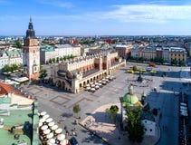 Huvudsaklig marknadsfyrkant i Krakow, Polen flyg- sikt Arkivbild