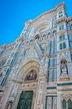 Huvudsaklig portal av den Santa Maria del Fiore domkyrkan i Florence, Italien Specificerad sikt på den huvudsakliga ingången, Flo royaltyfri bild