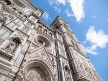 Huvudsaklig portal av Florence Catherdal, Cattedrale di Santa Maria del Fiore eller Il-Duomodi Firenze, med den dekorativa mosaik Royaltyfri Fotografi