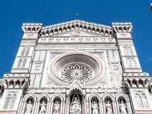 Huvudsaklig portal av Florence Catherdal, Cattedrale di Santa Maria del Fiore eller Il-Duomodi Firenze, med den dekorativa mosaik Royaltyfria Bilder