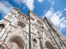Huvudsaklig portal av Florence Catherdal, Cattedrale di Santa Maria del Fiore eller Il-Duomodi Firenze, med den dekorativa mosaik Arkivfoton