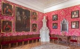 Huvudsaklig salong med ståendena av härliga tjänstemän från krig med turkerna av Carl Emrich (1727 - 1731) i slotthelgonet Anton. Fotografering för Bildbyråer