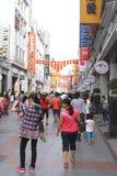 Huvudsaklig Shangxia Jiu Lu för shoppingområde fot- gata i Guangzhou; Kina har en dåna ekonomi Arkivfoto
