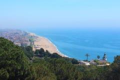 Huvudsaklig sikt av Calella de La Costa underbar lighhouse med byns huvudsakliga strand på bakgrund Arkivfoton