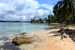 Huvudsaklig sikt av den Pelicano stranden i Panama Arkivbild