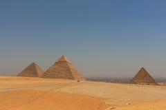Huvudsaklig sikt av Giza pyramider med Kairostaden i bakgrund Fotografering för Bildbyråer