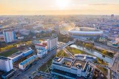 Huvudsaklig sportarena Dinamo som omges av floden Svisloch och byggnader Central stadion i Minsk arkivfoto