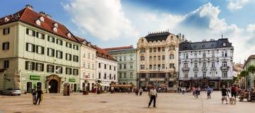 Huvudsaklig stadsfyrkant i gammal stad i Bratislava, Slovakien Royaltyfria Bilder