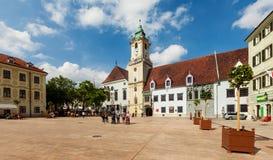Huvudsaklig stadsfyrkant i gammal stad i Bratislava, Slovakien Arkivbilder