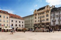 Huvudsaklig stadsfyrkant i gammal stad i Bratislava, Slovakien Royaltyfri Bild