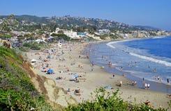 Huvudsaklig strand i sommaren på Laguna Beach, CA. Arkivbild