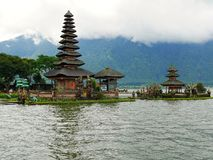 Huvudsaklig tempel på vattnet i Bali, Pura Oolong Danu Bratan, sjö Bratan, härlig tempel, vatten runt om templet, statyer i Bali Arkivfoton