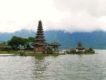 Huvudsaklig tempel på vattnet i Bali, Pura Oolong Danu Bratan, sjö Bratan, härlig tempel, vatten runt om templet, statyer i Bali Royaltyfri Fotografi