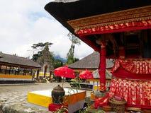 Huvudsaklig tempel på vattnet i Bali, Pura Oolong Danu Bratan, sjö Bratan, härlig tempel, vatten runt om templet, statyer i Bali Arkivfoto