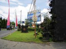Huvudsaklig tempel på vattnet i Bali, Pura Oolong Danu Bratan, sjö Bratan, härlig tempel, vatten runt om templet, statyer i Bali Royaltyfria Bilder