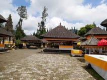 Huvudsaklig tempel på vattnet i Bali, Pura Oolong Danu Bratan, sjö Bratan, härlig tempel, vatten runt om templet, statyer i Bali Arkivbild