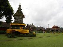 Huvudsaklig tempel på vattnet i Bali, Pura Oolong Danu Bratan, sjö Bratan, härlig tempel, vatten runt om templet, statyer i Bali Royaltyfria Foton