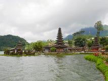 Huvudsaklig tempel på vattnet i Bali, Pura Oolong Danu Bratan, sjö Bratan, härlig tempel, vatten runt om templet, statyer i Bali Arkivbilder