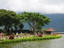 Huvudsaklig tempel på vattnet i Bali, Pura Oolong Danu Bratan, sjö Bratan, härlig tempel, vatten runt om templet, statyer i Bali Royaltyfri Bild