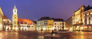 Huvudsakliga Bratislava kvadrerar på natten - Slovakien Arkivbilder
